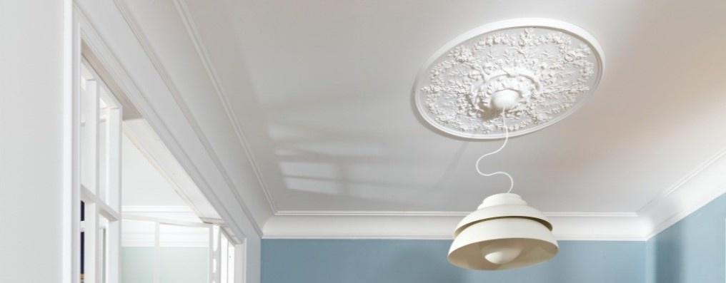 De grootste rozet R64 aan het plafond.